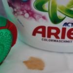 Flecken ade mit Ariel Flüssig Waschmittel und der Fleck-weg Kappe